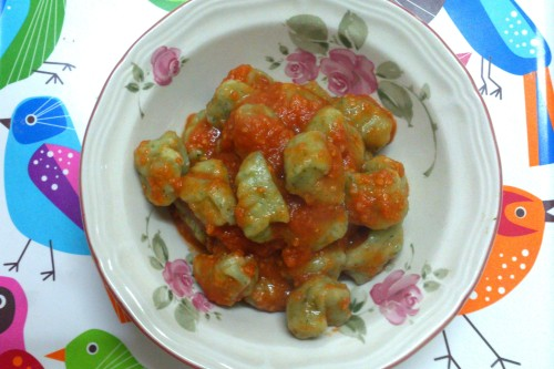 Spinach gnocchi with tomato sauce