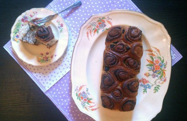 עוגת שושני שמרים של פרג וצימוקים. צילום: הדס